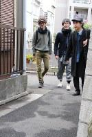 東京都内を歩く左からフジシロさん、木村さん、斎藤さん=墨田区で