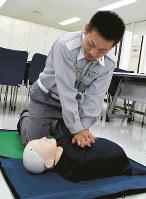 心臓マッサージを実演する東京消防庁の救急隊員