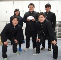 毎日新聞和歌山支局を訪れた藪内主将(後列中央)ら和歌山工の選手たち=和歌山市六番丁で、矢倉健次撮影