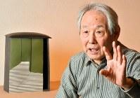 「寓舎」シリーズの作品の前で、陶表現について語る林康夫さん=京都市山科区の自宅で、森園道子撮影