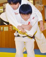 背負い投げをする岡田恵里佳選手=奈良県広陵町の広陵中学校で、日向梓撮影