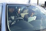 新潟県警での自動車運転再開支援講習。岩城直幸副校長(右端)の指示を受ける山田多加志さん(左端)。中央は同乗する作業療法士の高野友美さん=新潟県阿賀野市の水原自動車学校で
