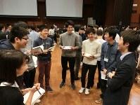 メモを手にOBと対話する学生ら=東京都千代田区の法政大学市ヶ谷キャンパスで昨年12月8日
