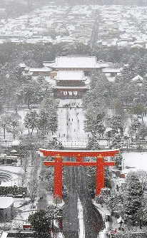 Snow-covered Heian Jingu Shrine is seen in Sakyo Ward in Kyoto from a Mainichi Shimbun helicopter on Jan. 15, 2017. (Mainichi)
