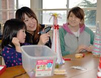 ワークショップに参加した子どもを優しく見つめるジョバンナさん(右)=島根県出雲市大社町で、藤田愛夏撮影