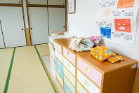 福岡市児童相談所の一時保護所の一室。2003年に移転したため新しいくきれい。定員も増え個室も配置された=福岡市こども総合相談センターえがお館のホームページより