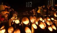 阪神大震災発生時刻に犠牲者の冥福を祈り、黙とうする人たち=神戸市中央区の東遊園地で2017年1月17日午前5時46分、久保玲撮影