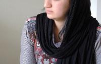 """ISに拉致され、強制結婚させられたヤズディ教徒の女性サリマ(仮名)。""""夫""""から繰り返し暴行を受けた=ドイツ北部で2016年4月、アジアプレスの玉本英子さん撮影"""