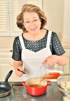 「炊くときは、おだしをひたひたにして」とアドバイスする西川ヘレンさん=森園道子撮影