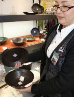 直接火にかけられる陶器製のラーメン鉢=福岡市中央区天神の博多大丸で、尾垣和幸撮影