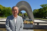 広島平和記念公園に立つ秋葉忠利さん