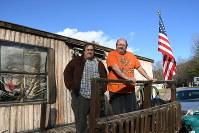 デーブ・ベネットさん(右)と長男ダニエルさん=米東部ペンシルベニア州ハービーズレークで