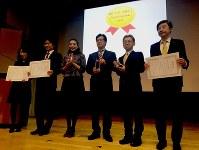 「投信ブロガーが選ぶ! Fund of the Year」で表彰された投信会社幹部ら=東京都渋谷区で2017年1月14日、柴沼均撮影