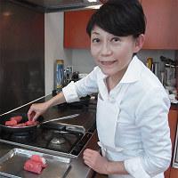 牛むすびを作る川津幸子さん=小松やしほ撮影
