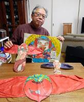 勝間イカを調べまくり、手製で再現した木村薫さん。勝間イカは形も大きさもさまざまだったが、鳥の翼のような袖が基本形だった=大阪府池田市で、松井宏員撮影