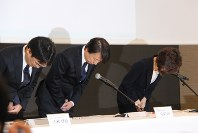 謝罪する守安功DeNA社長(中央)と南場智子会長(右)=東京都渋谷区で2016年12月7日、岡礼子撮影