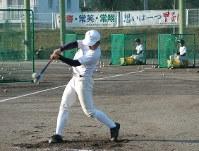 「想いは一つ甲子園」などの横断幕が掲げられたグラウンドで練習する中村の選手たち