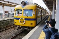 電車の写真を撮るファン=松江市の松江しんじ湖温泉駅で、藤田愛夏撮影