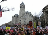 トランプ氏が昨年開業したホテル前を行進するデモの参加者=ワシントンで2017年1月21日、長野宏美撮影