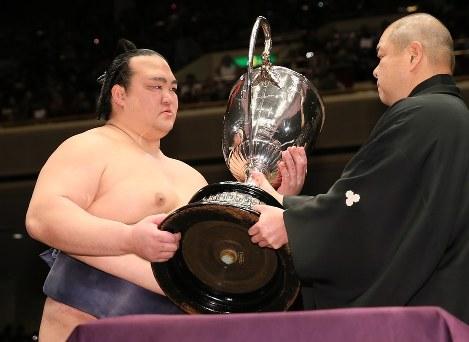 Ozeki Kisenosato accepts the Emperor's Cup at the January Grand Sumo Tournament in Tokyo, on Jan. 22, 2017. (Mainichi)