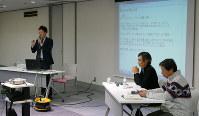 参加者にアドバイスする堀潤さん(左)と下村健一さん(中央)、小川一取締役=千代田区一ツ橋1の「毎日ホール」で