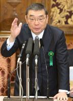 参院予算委員会で答弁する籾井勝人会長。NHK予算の国会承認は、3年連続で全会一致が崩れた=国会内で2016年3月28日午後3時57分、藤井太郎撮影