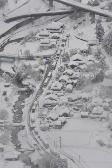 Vehicles are seen stuck on a snow-clogged road in Chizu, Tottori Prefecture, on the morning of Jan. 24, 2017. (Mainichi)