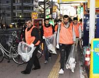 ゴミ拾いをしながら安全パトロールするクルド人ら=埼玉県川口市で、棚部秀行撮影