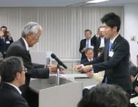 表彰式で賞状を受け取る学生(右)