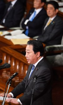 Democratic Party Secretary-General Yoshihiko Noda, forefront, asks Prime Minister Shinzo Abe, far-right in the back, questions during the plenary session of the House of Representatives on Jan. 23, 2017. (Mainichi)