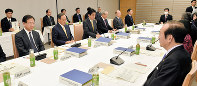 Prime Minister Shinzo Abe, third from left, meets with the government panel studying the possible abdication of Emperor Akihito at the prime minister's office on Jan. 23, 2017. On the right of Abe is the panel's chairman Takashi Imai, honorary chairman of the Japan Business Federation. (Mainichi)
