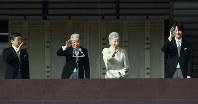 天皇誕生日の一般参賀で手を振られる天皇、皇后両陛下と皇太子さま、秋篠宮さま=皇居で2016年12月23日、丸山博撮影
