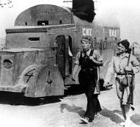 カタルーニャの西に隣接するアラゴン戦線に到着した人民戦線政府軍のアナキスト労組系装甲車と女性民兵
