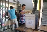チベット亡命政府首相選で投票する亡命チベット人の男性=インド・ニューデリーで2016年3月20日