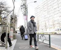 湯島の切通坂を歩く春風亭一之輔さん=東京都文京区で、丸山博撮影