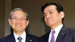 東芝の原子力事業の責任者である志賀重範会長(右)。左は東芝の綱川智社長=2016年5月、宮武祐希撮影