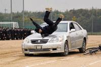 スタントマンによる交通事故の実演は、安全教育に大きな効果があるとされる=兵庫県明石市で、浜本年弘撮影