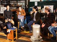 昨年末の「PLAY」。地方での働き方について語る蜜の木代表の東豊崇さん(左から2番目)ら=三重県伊賀市島ケ原で、清水有香撮影