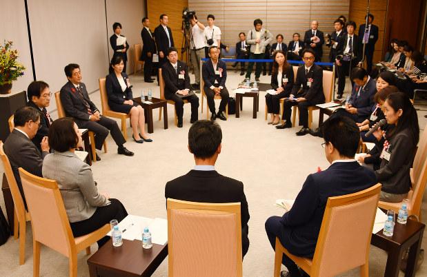 安倍晋三首相(左側中央)は、働き方改革に関する意見交換会で、実際に働く人たちの声を聞いた=首相官邸で2016年10月13日、川田雅浩撮影