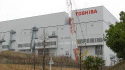 半導体メモリー製品を製造している東芝の四日市工場=2010年3月23日、井上章撮影