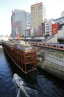 お茶の水橋から見える、御茶ノ水駅。工事が進んでいる=東京都千代田区で、梅村直承撮影