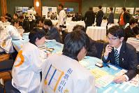 6市町がそれぞれカウンターを設けて誘致に向け具体的な商談をした=東京都千代田区で、野原隆撮影