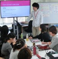 プログラミングを学ぶ女性ら=東京都渋谷区のインフラトップで今年1月