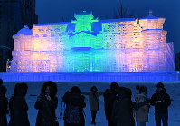 完成し、ライトアップされる大氷像「台湾―台北賓館」