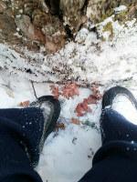 山に入った同僚が自分の足元を撮影してメールで送ってきた=2015年1月撮影、アジアプレス・石丸次郎さん提供
