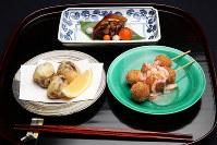 きょうの噺は「初天神」。写真手前右より時計回りに、小芋のみたらし団子、たこのかわり揚げ、スッポンのべっこう焼き=梅田麻衣子撮影