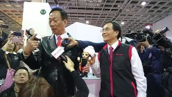 鴻海精密工業の郭台銘会長(左)とシャープの戴正呉社長=台北市で2017年1月22日、宮崎泰宏撮影