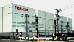 半導体メモリー製品を製造している東芝の四日市工場=2011年7月、加藤新市撮影
