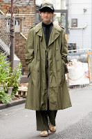 この秋冬の再注目カラー、カーキでまとめた男性=日本ファッション協会提供