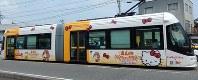 ハローキティがデザインされたポートラム=富山市で2016年7月27日